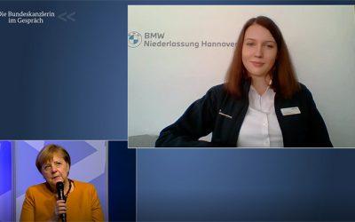 BMW-Auszubildende spricht mit Merkel